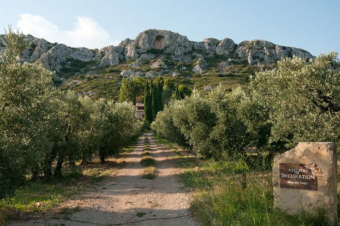 Alpilles, gezien vanaf een olijfboomgaard. 24 mm, 1/350s, f9.5, ISO 250.