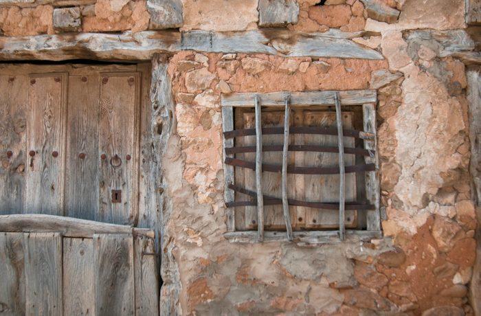Stilleven met verweerd hout, steen, klei, ijzer en cement.