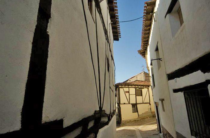 Het dorp kent veel stegen met intieme doorkijkjes