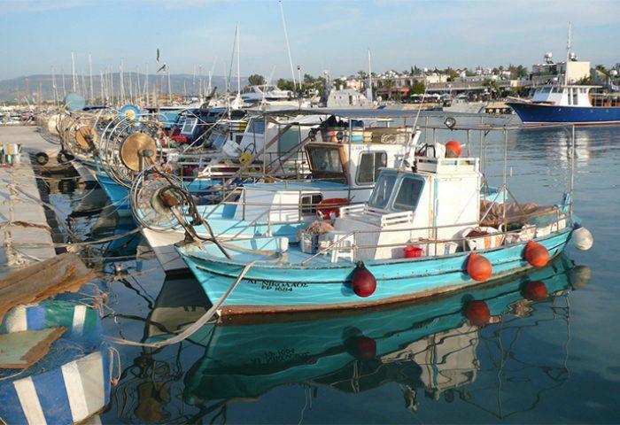 Natuurlijk is ook dit Cyprus. Kleurige vissersbootjes in een zonnig haventje.