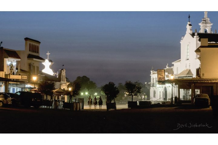 De nacht valt in het filmische ruiterdorp El Rocío.